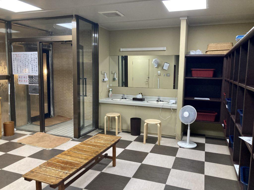 奥日光湯元温泉の「湯守釜屋」の温泉更衣室