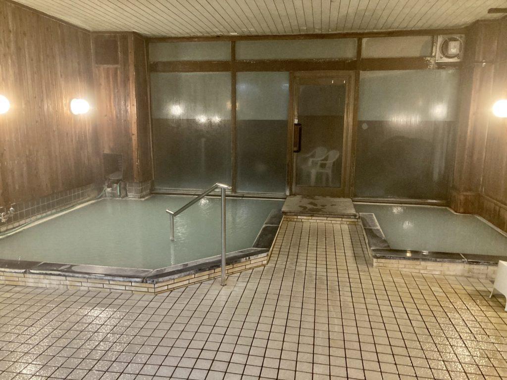 奥日光湯元温泉の「湯守釜屋」の温泉内湯