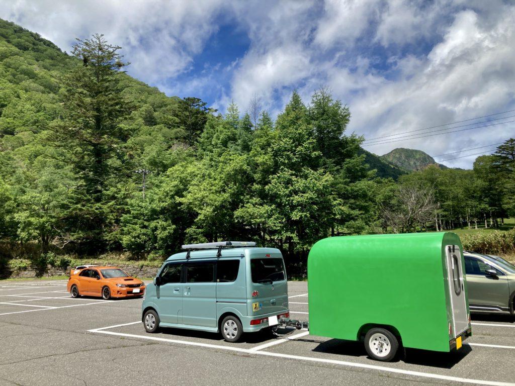 軽キャンピングトレーラーの幌馬車くんで行く湯の湖 日光湯元キャンプ場の駐車場