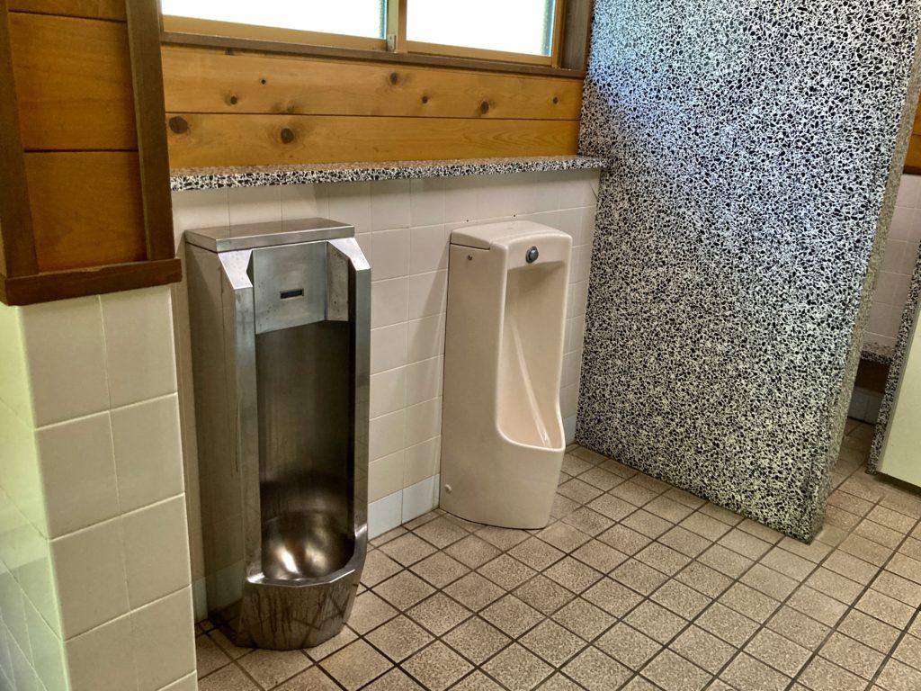 湯の湖 日光湯元キャンプ場で使える公衆トイレの男子トイレ