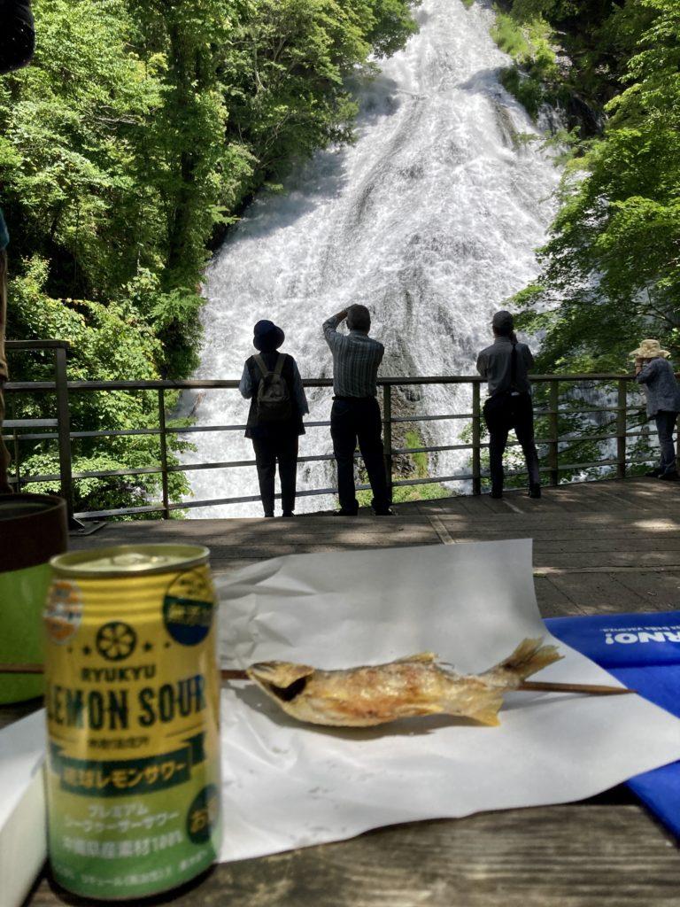 湯の湖の湯滝のベンチ休憩で乾杯と鮎の塩焼き