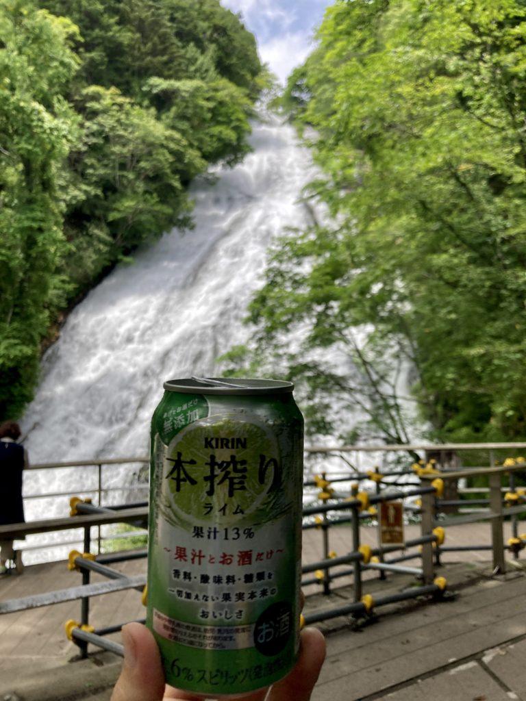湯の湖の湯滝のベンチ休憩で乾杯