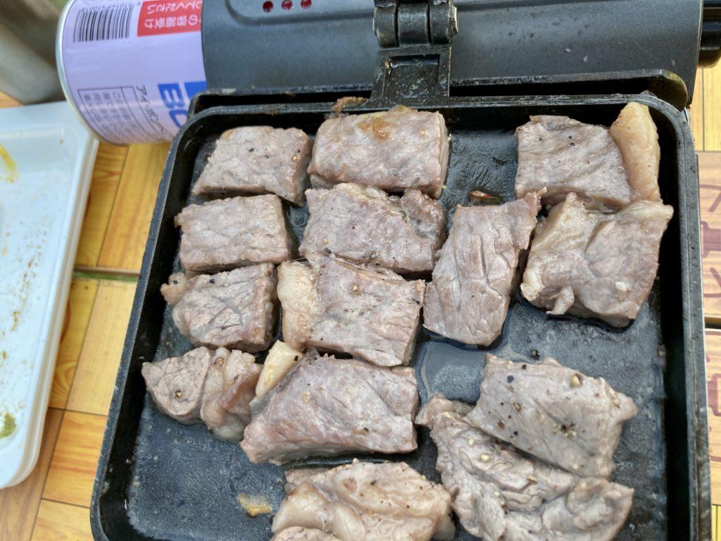 湯の湖 日光湯元キャンプ場でホットサンドメーカー料理のサーロインステーキをサイコロ状にカット