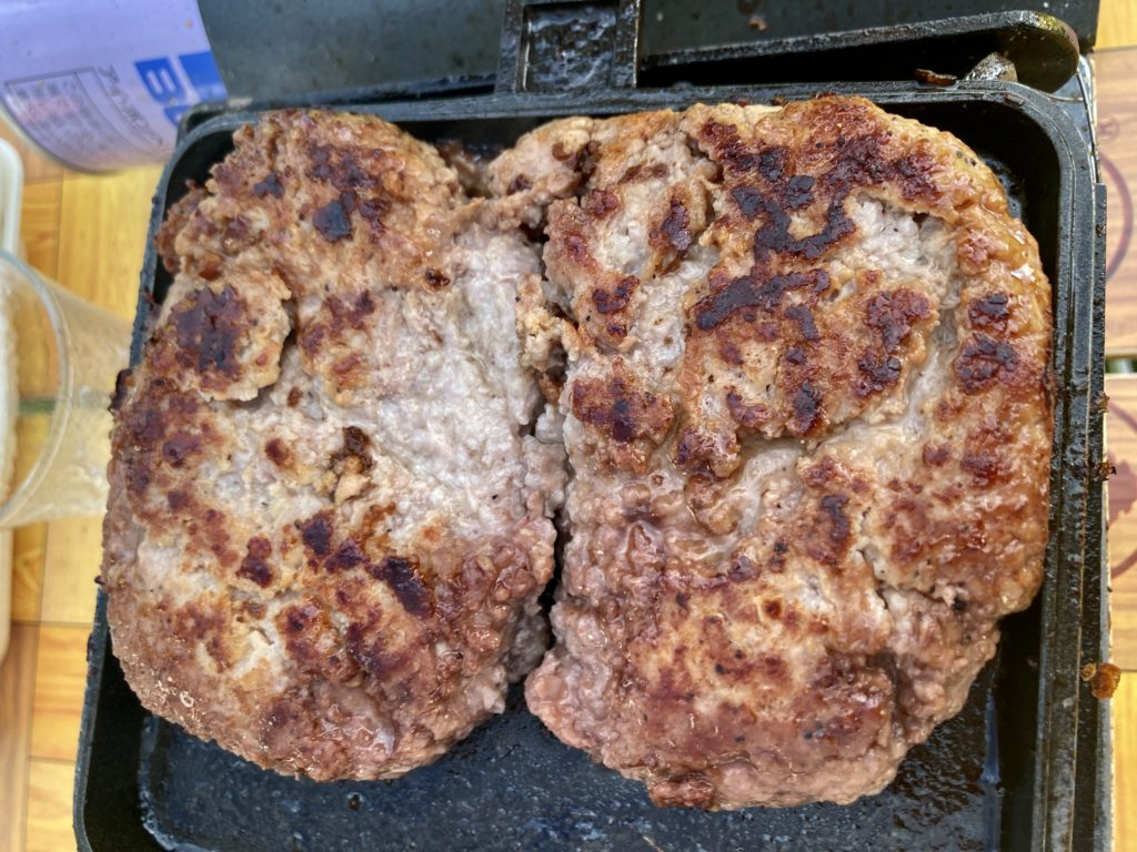 湯の湖 日光湯元キャンプ場でホットサンドメーカー料理のハンバーグ