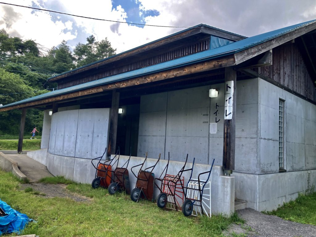 バラキ高原キャンプ場のトイレ棟