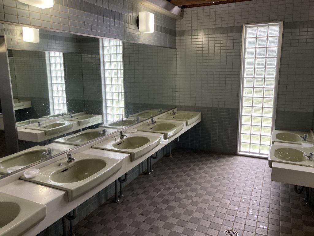 嬬恋のバラキ高原キャンプ場のトイレの洗面台