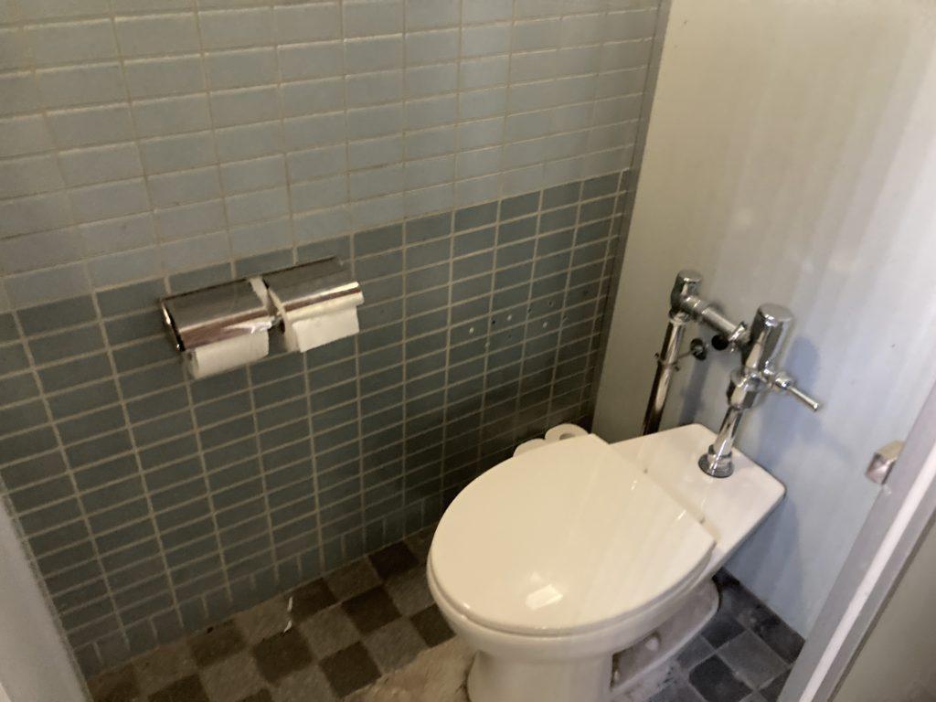 嬬恋のバラキ高原キャンプ場のトイレの洋式トイレ(ウオシュレット無し)