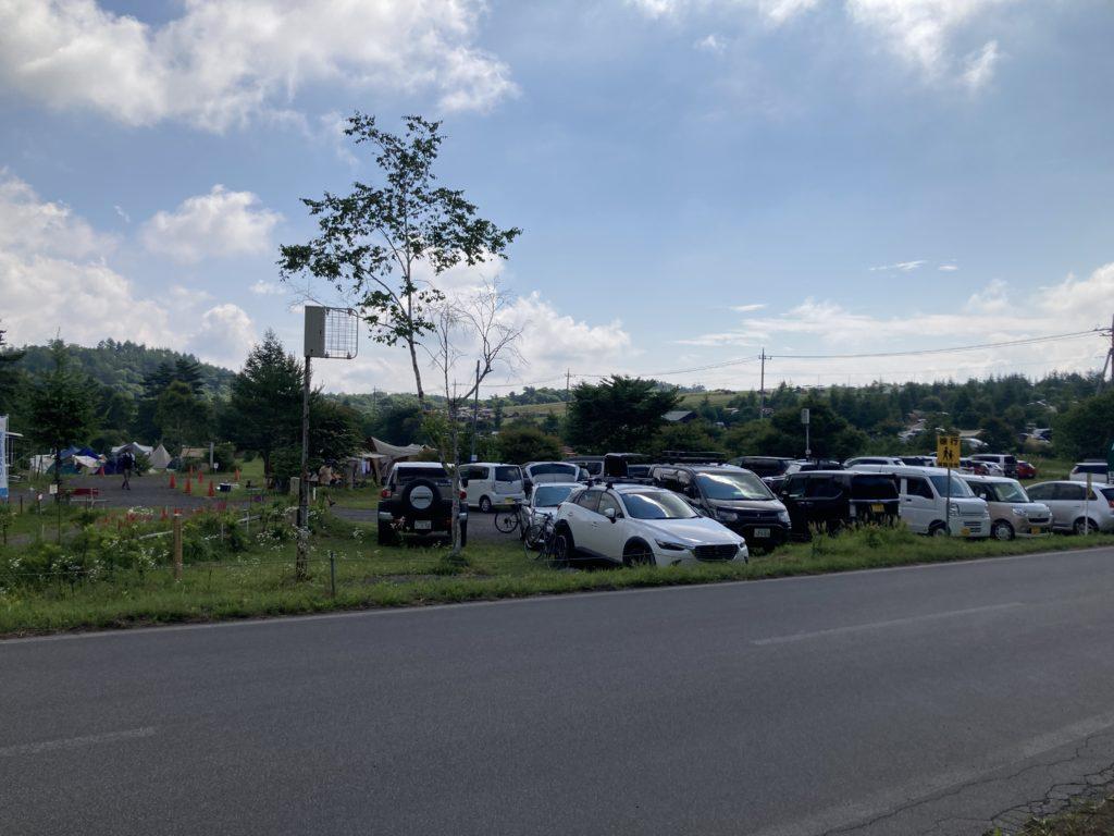 嬬恋のバラキ高原キャンプ場の4連休の駐車場