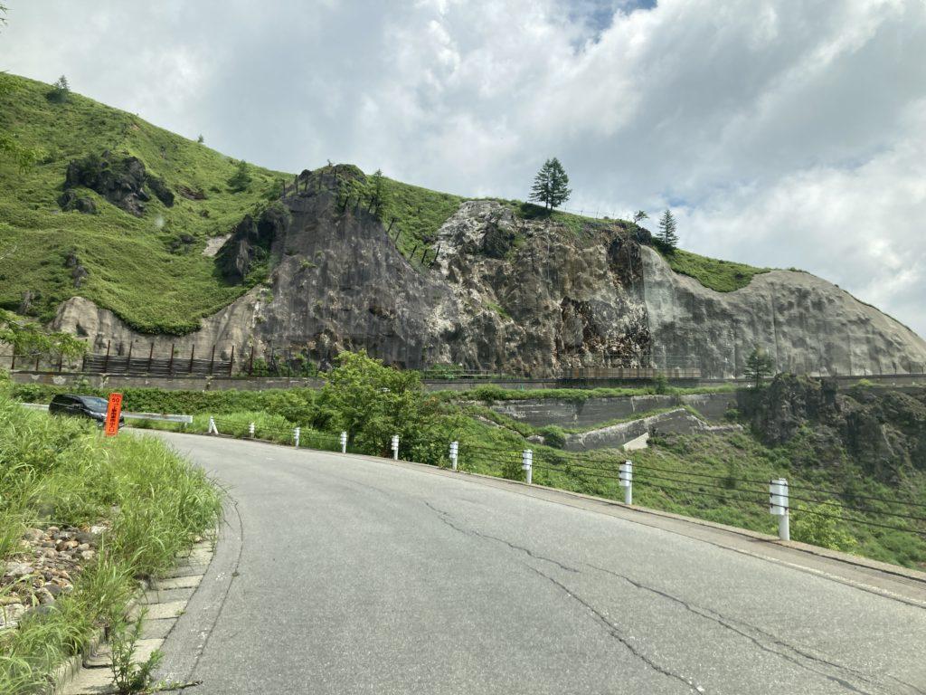 軽キャンピングトレーラーの幌馬車くんで行く志賀高原の木戸池キャンプ場で国道292号を通る