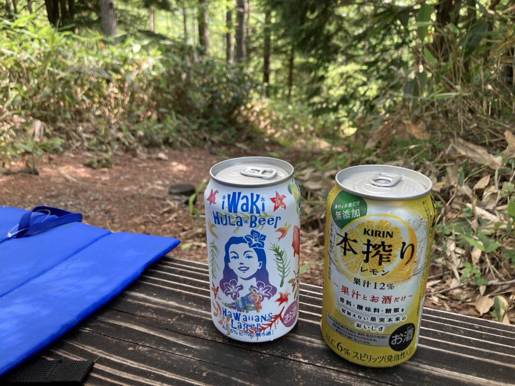 志賀高原自然歩道のハイキングコースの休憩所にて乾杯