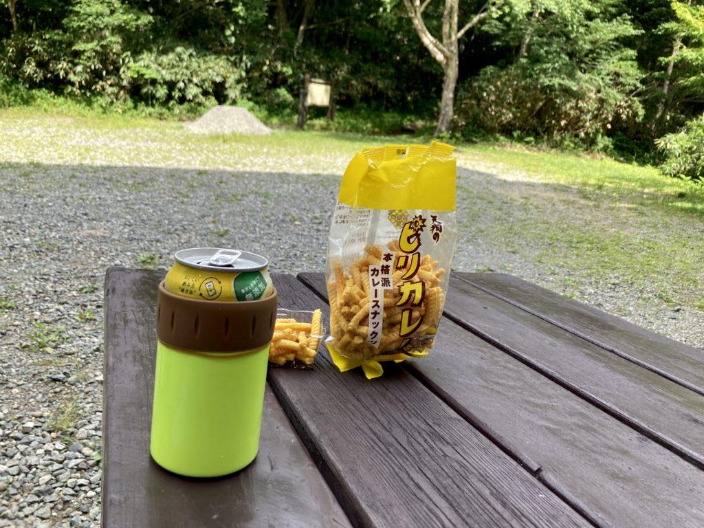 志賀高原自然歩道のハイキングコースで信州大学自然教育園のトイレ付近で休憩