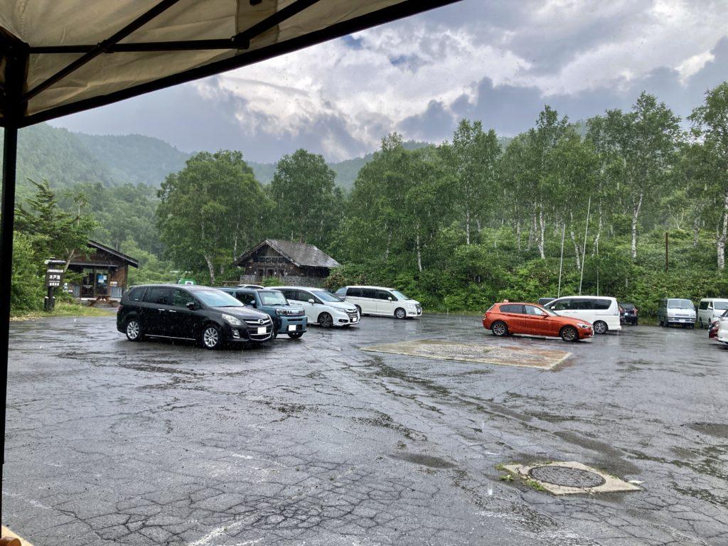 志賀高原自然歩道のハイキングコースから木戸池温泉ホテルに戻ってきてテラスで休憩