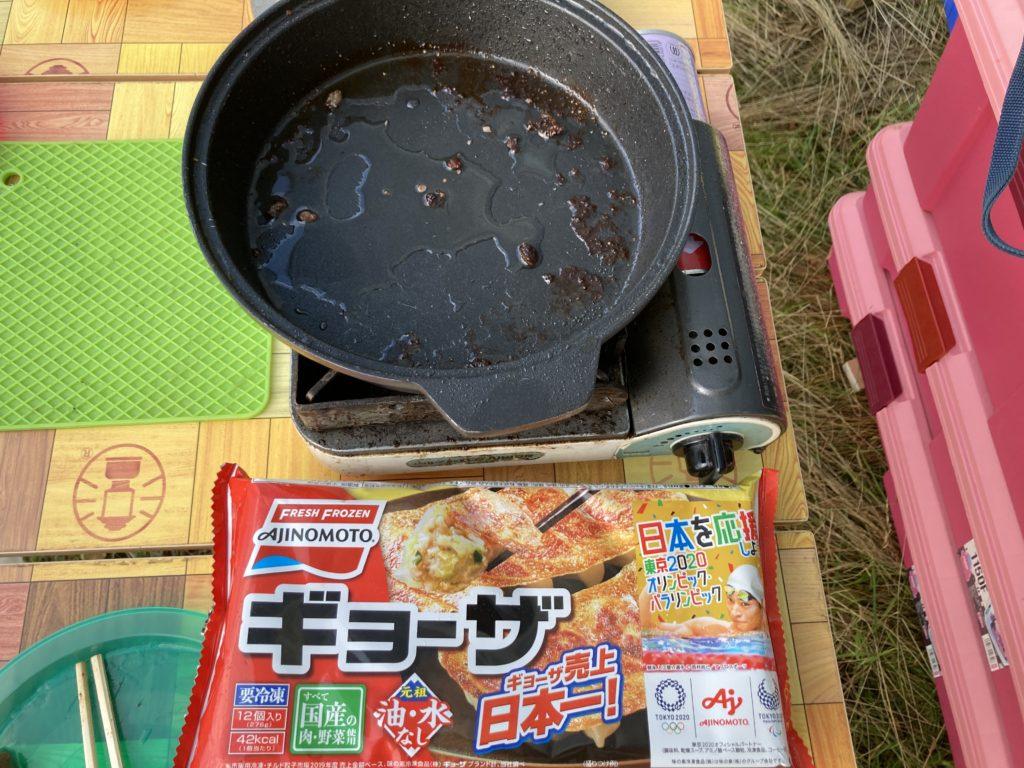 志賀高原の木戸池キャンプ場でカセットコンロで食事 ニチレイの冷凍ぎょうざ