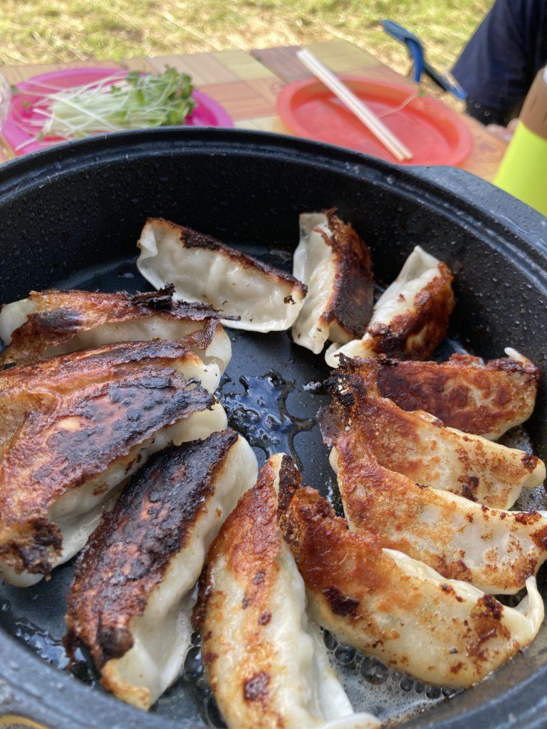 志賀高原の木戸池キャンプ場でカセットコンロで食事 餃子