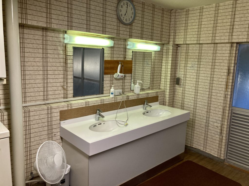 志賀高原の木戸池キャンプ場で木戸池温泉ホテルの日帰り温泉で洗面台