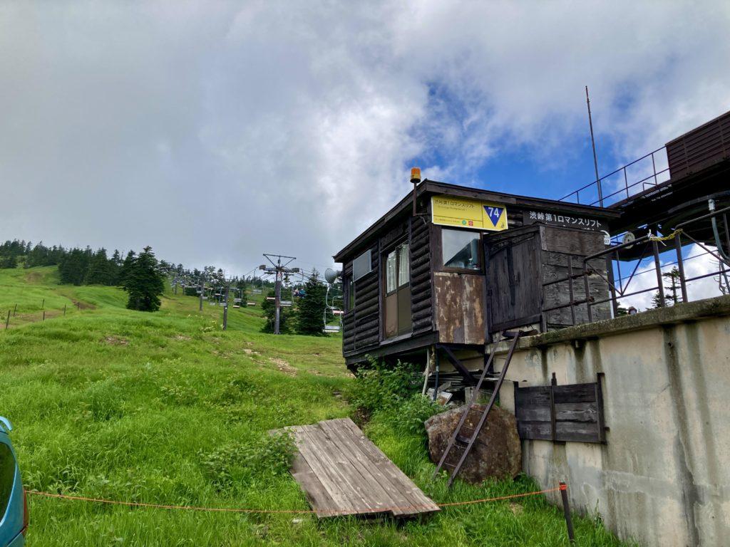 渋峠から夏山リフトで横手山頂ヒュッテに向かう