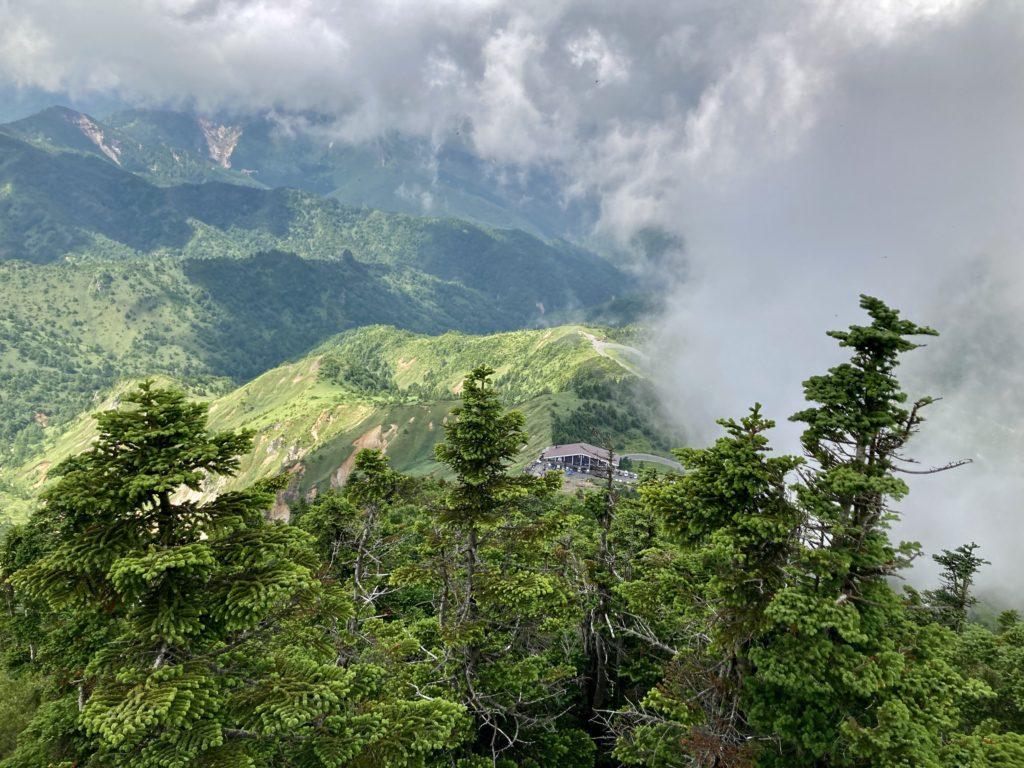 渋峠から夏山リフトで横手山頂に向かって横手山ドライブインを見下ろす