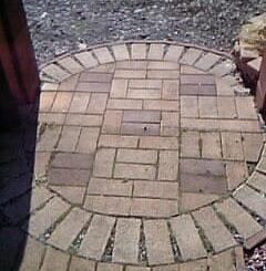 レンガ敷きの円形アプローチ