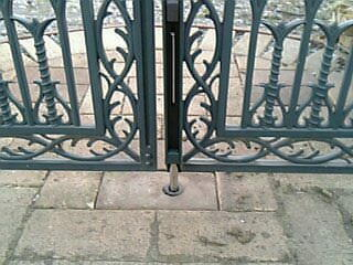 門の扉の固定