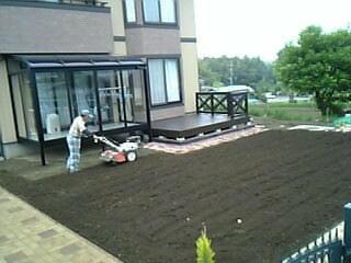 芝生の土壌を耕す