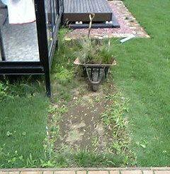 ウッドデッキ通路の芝生除去