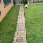 芝生とレンガ敷きの通路
