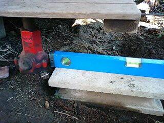 油圧ジャッキと水平器