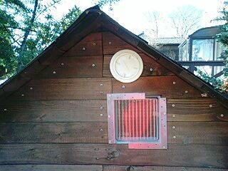 犬小屋の窓と通気口