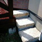 ウッドデッキ階段の石材と重量ブロック